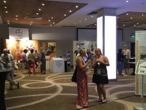 In der kleinen Industrieausstellung gab es in den Pausen reichlich Gelegenheit, zu kollegialem Austausch und netten Gesprächen